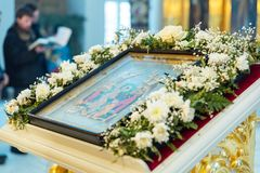 Icono, adornado con las flores frescas Foto de archivo