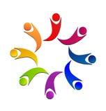 Icono colorido de la unión de los niños del trabajo en equipo Imágenes de archivo libres de regalías
