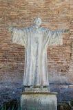 Icono con la imagen de los apóstoles santos con las estatuas de mármol en el delle Tre Fontane de Abbazia, en el martirio del apó Foto de archivo