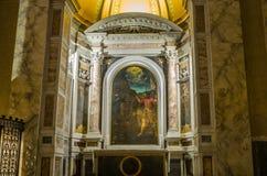 Icono con la imagen de los apóstoles santos con las estatuas de mármol en el delle Tre Fontane de Abbazia, en el martirio del apó Fotografía de archivo