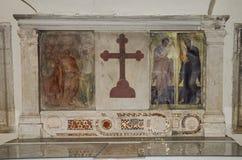 Icono con la imagen de los apóstoles santos con las estatuas de mármol en el delle Tre Fontane de Abbazia, en el martirio del apó Imagen de archivo