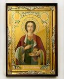 Icono cristiano de madera en el fondo blanco imagenes de archivo