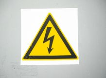 Icono de alto voltaje de la atención Símbolo eléctrico del peligro Muestra de la atención con el icono del rayo Muestra del riesg Fotos de archivo libres de regalías