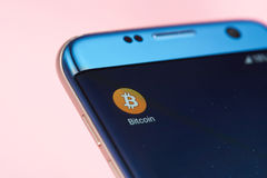 Icono de Bitcoin en la pantalla móvil Fotografía de archivo libre de regalías