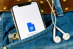 Icono de Google doc. en el primer de la pantalla del smartphone del iPhone X de Apple en bolsillo de los vaqueros Icono de Google fotografía de archivo libre de regalías