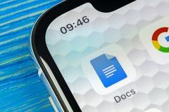 Icono de Google doc. en el primer de la pantalla del smartphone del iPhone X de Apple Icono de Google doc. Red social Medios icon foto de archivo libre de regalías