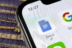 Icono de Google doc. en el primer de la pantalla del smartphone del iPhone X de Apple Icono de Google doc. Red social Medios icon foto de archivo