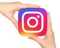 Icono de Instagram del control de las manos impreso en el papel Fotos de archivo libres de regalías