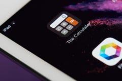 Icono de la calculadora en la pantalla del smartphone Fotografía de archivo libre de regalías
