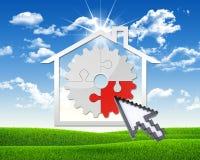 Icono de la casa con el engranaje de rompecabezas Fotografía de archivo libre de regalías