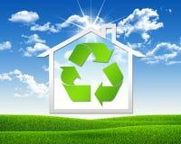 Icono de la casa con el reciclaje del símbolo Imágenes de archivo libres de regalías