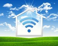 Icono de la casa con el símbolo de Wi-Fi Foto de archivo libre de regalías