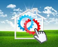 Icono de la casa con los engranajes y la mano del ordenador Imagen de archivo
