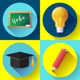Icono de la educación fijado en el fondo blanco Bombilla, lápiz, sombrero graduado, pizarra, Foto de archivo libre de regalías