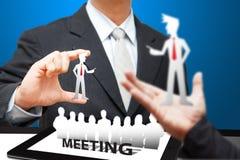 Icono de la reunión del hombre de negocios en el ordenador de la tablilla Fotografía de archivo