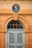 Icono de la Virgen María como decoración en la pared de piedra de la casa imagenes de archivo