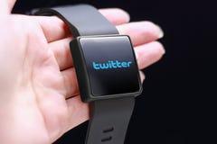 Icono de Twitter con el smartwatch Imagen de archivo
