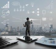 Icono del drenaje del hombre de negocios con el cith en el fondo, estrategia empresarial Imagenes de archivo