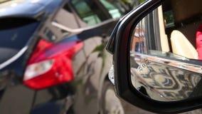 Icono del piloto de sistema de vigilancia del punto ciego en espejo de la vista lateral de un vehículo moderno puntos ciegos del  almacen de video