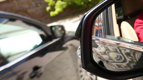 Icono del piloto de sistema de vigilancia del punto ciego en espejo de la vista lateral de un vehículo moderno puntos ciegos del  metrajes