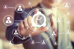 Icono del tiempo de reloj del web del botón de la mano del hombre de negocios Fotos de archivo