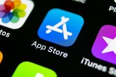 Icono del uso de Apple Store en el primer de la pantalla del smartphone del iPhone X de Apple Icono de la aplicación móvil de la  Fotografía de archivo libre de regalías