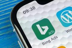 Icono del uso de Bing en el primer de la pantalla del iPhone X de Apple Icono del app de los anuncios de Bing Los anuncios de Bin imagenes de archivo