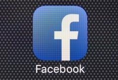 Icono del uso de Facebook en el primer de la pantalla del smartphone del iPhone 8 de Apple Icono de Facebook app Facebook es Inte Foto de archivo