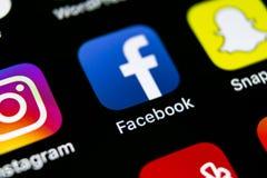 Icono del uso de Facebook en el primer de la pantalla del smartphone del iPhone X de Apple Icono de Facebook app Medios icono soc Imagenes de archivo