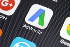 Icono del uso de Google Adwords en el primer de la pantalla del iPhone X de Apple El anuncio de Google redacta el icono Uso de Go Fotografía de archivo libre de regalías