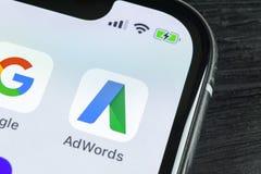 Icono del uso de Google Adwords en el primer de la pantalla del iPhone X de Apple El anuncio de Google redacta el icono Uso de Go Imagen de archivo libre de regalías