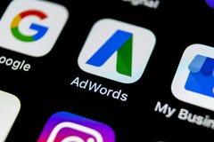 Icono del uso de Google Adwords en el primer de la pantalla del iPhone X de Apple El anuncio de Google redacta el icono Uso de Go Foto de archivo libre de regalías