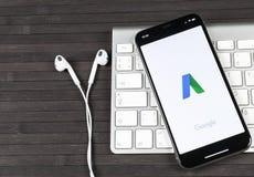 Icono del uso de Google Adwords en el primer de la pantalla del iPhone X de Apple El anuncio de Google redacta el icono Uso de Go Foto de archivo