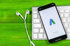 Icono del uso de Google Adwords en el primer de la pantalla del iPhone X de Apple El anuncio de Google redacta el icono Uso de Go Fotos de archivo libres de regalías