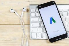 Icono del uso de Google Adwords en el primer de la pantalla del iPhone X de Apple El anuncio de Google redacta el icono Uso de Go Imagenes de archivo
