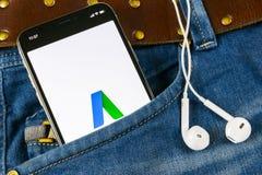 Icono del uso de Google AdWords en la pantalla del iPhone X de Apple en bolsillo de los vaqueros Las palabras del anuncio de Goog Fotos de archivo libres de regalías