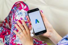 Icono del uso de Google AdWords en la pantalla del iPhone X de Apple en manos de la mujer Las palabras del anuncio de Google expr Imágenes de archivo libres de regalías