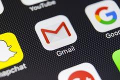 Icono del uso de Google Gmail en el primer de la pantalla del smartphone del iPhone 8 de Apple Icono de Gmail app Gmail es Intern Foto de archivo libre de regalías