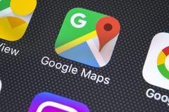 Icono del uso de Google Maps en el primer de la pantalla del iPhone X de Apple Icono de Google Maps Aplicación de Google Maps Red foto de archivo libre de regalías