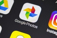 Icono del uso de las fotos de Google en el primer de la pantalla del iPhone X de Apple Icono de las fotos de Google Uso de las fo Imagen de archivo