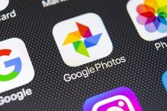 Icono del uso de las fotos de Google en el primer de la pantalla del iPhone X de Apple Icono de las fotos de Google Uso de las fo Foto de archivo