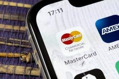 Icono del uso de Mastercard en el primer de la pantalla del iPhone X de Apple Icono del Master Card Uso en línea de Mastercard Me foto de archivo libre de regalías