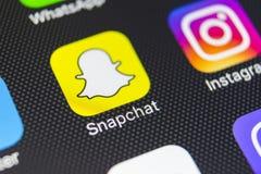 Icono del uso de Snapchat en el primer de la pantalla del smartphone del iPhone 8 de Apple Icono de Snapchat app Snapchat es un e Imágenes de archivo libres de regalías
