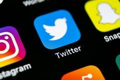 Icono del uso de Twitter en el primer de la pantalla del smartphone del iPhone X de Apple Icono de Twitter app Medios icono socia Foto de archivo