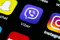 Icono del uso de Viber en el primer de la pantalla del smartphone del iPhone X de Apple Icono de Viber app Medios icono social Re Imagenes de archivo