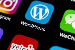 Icono del uso de Wordpress en el primer de la pantalla del iPhone X de Apple Icono de Wordpress app wordpress uso de COM Red soci Imagenes de archivo