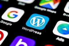 Icono del uso de Wordpress en el primer de la pantalla del iPhone X de Apple Icono de Wordpress app wordpress uso de COM Red soci fotografía de archivo