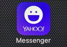Icono del uso del mensajero de Yahoo en el primer de la pantalla del smartphone del iPhone 8 de Apple Icono del app del mensajero Foto de archivo libre de regalías