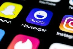 Icono del uso del mensajero de Yahoo en el primer de la pantalla del smartphone del iPhone X de Apple Icono del app del mensajero Imagen de archivo