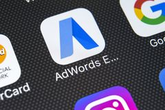 Icono expreso del uso de Google AdWords en el primer de la pantalla del iPhone X de Apple Las palabras del anuncio de Google expr Imagenes de archivo